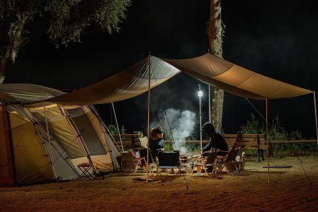 Dopustovali bomo v Sloveniji in v kampih, družili se bomo pretežno doma, nakupovali pa raje v manjših trgovinah.