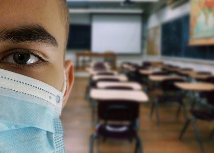 Javnost razdeljena pri oceni ustreznosti posameznih ukrepov za zajezitev širjenja virusa.